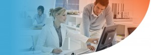 doctora verificando datos con un colega en una computadora